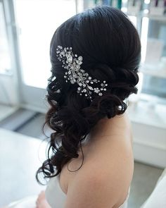 Classic Wedding Hairstyles: 30 Timeless Ideas | Wedding Forward Classic Wedding Hair, Wedding Hair Side, Hairdo Wedding, Wedding Hair And Makeup, Wedding Beauty, Bridal Hair Side Swept, Wedding Vows, Trendy Wedding, Wedding Dresses