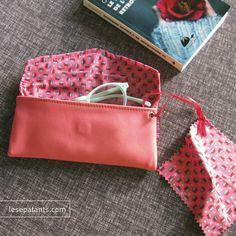 Le cuir s'habille d'un rose corail très délicat parce que les filles aiment bien ça.  http://lesepatants.com/…/285-etui-a-lunettes-souple-en-cuir…