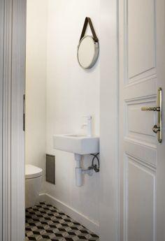 Na toaletě nechybí umývátko, takže hosté nemusí chodit do velké koupelny.