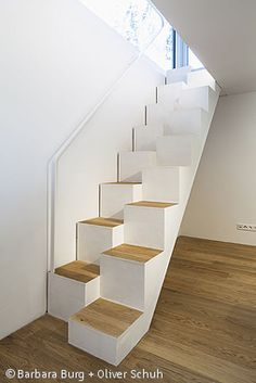 Holzhaus mit Historie - München: CUBE Magazin Narrow Staircase, Staircase Design, Wood Stairs, House Stairs, Space Saving Staircase, Stair Shelves, Arched Cabin, Stair Decor, Stairs Architecture