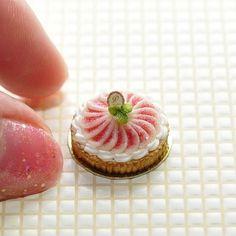 いちぢくのタルトを作りました Miniature Tarte aux figues  #miniature #miniaturesweets #mini #miniaturefood #dollhouseminiatures #clay #clayfood #tiny #tarte #tarteauxfigues #figues #handmade #ミニチュアフード #ミニチュアスイーツ #ミニチュア #ドールハウスミニチュア #フェイクフード #タルト #いちぢくタルト #粘土 #お菓子 #ハンドメイド #洋菓子