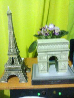 Arco do Triunfo e Torre Eifel em papel