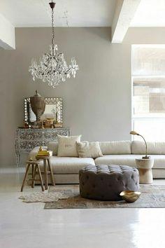 mur gris plafond haut, lustre baroque, peintures, salon taupe, aménagement idée, maison de luxe