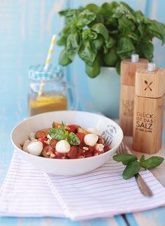 ( Puppenzimmer ): Sommerpasta mit Gemüse, Mozzarella und Pinienkerne