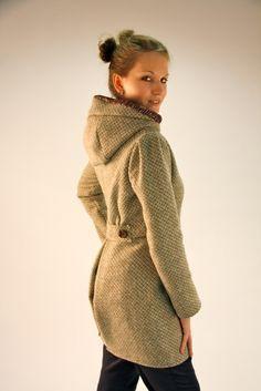 Wunderhübscher Mantel Mijuka zum Nachnähen. Schnitt eignet sich für einen Herbst-, Winter oder Frühlings/Sommermantel. Einfach einen warmen, gut drapierbaren (d.h. faltbaren) Wollstoff für die... Diy Clothing, Sewing Clothes, Clothing Patterns, Sewing Patterns, Fashion Sewing, Diy Fashion, Love Sewing, Jacket Pattern, Couture