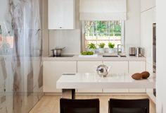 Mała kuchnia może wydać się dużo większa, jeśli zastosujemy klika sprawdzonych porad naszego architekta. Dowiedz się, jakie kolory, kafelki i detale zastosować w małej kuchni, aby wyglądała na wiekszą niż w rzeczywistości.