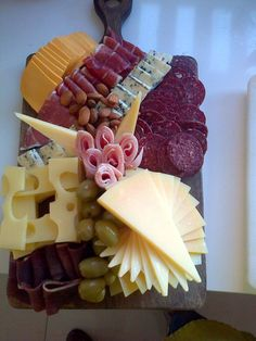 Cheese tray ideas birthday parties finger foods ideas for 2019 Meat Trays, Meat Platter, Food Platters, Cheese Platters, Plateau Charcuterie, Charcuterie And Cheese Board, Hot Cheese Dips, Fingerfood Party, Cheese Party