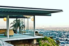 LA Architectural Miracles! 💫 This famous Stahl House nestled right on the Hollywood Hills was a part of the Case Study Program, that let architects create anything they wanted to. Did you know this house sustained ALL the earthquakes? Good job! 🏙 #losangeles #hollywoodhills #realestate #luxuryrealestate #luxuryhouse #architect