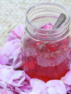 Rose Petal Jelly Recipe -not only is it fragrant and delicious but it's known to calm the nerves, combat fatigue, soothe inflammation, help alleviate headaches! Rose Petal Jelly Recipe, Rose Petal Jam, Rose Petals, Jelly Recipes, Jam Recipes, Canning Recipes, Coctails Recipes, Curry Recipes, Drink Recipes
