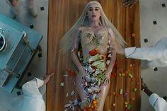 Katy Perry houdt ervan om te shockeren en ook haar nieuwe videoclip is allesbehalve saai. Kijk en oordeel zelf!