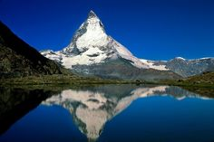 スイスにある湖「リッフェル湖(リッフェルゼー)」。それほど大きくない、どこにでもありそうなこの湖がどのガイドブックにも載っているのはどうして、、?それは、マッターホルンの全景が湖面に映り込み、「逆さ富士」ならぬ「逆さマッターホルン」が見られるためなのです!!特に朝焼けの綺麗さは息を飲むほどだとか。
