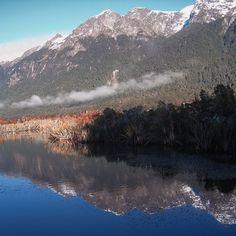 Sur la route entre Te Anau et le majestueux Milford Sound, se trouve un petit trésor à ne pas louper, si le ciel est dégagé et qu'il n'y a pas de vent. Les Mirror Lakes ou «lacs miroirs» qui offrent le reflet des montagnes en face (Earl Mountain Ranges) sur l'eau. . . . #MilfordSound #MirrorLakes #montagnes #reflets Lacs, Ciel, Travel, Instagram, Lens Flare, Mirrors, Mountains, Australia, Trips