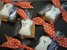 Today I made some Halloween S'more Peep treats. I know that many of you made these with Easter Peeps. In a plastic bag you add two Graham. Halloween Camping, Halloween Birthday, Holidays Halloween, Halloween Treats, Happy Halloween, Halloween Decorations, Halloween Foods, Adult Halloween, Spooky Halloween