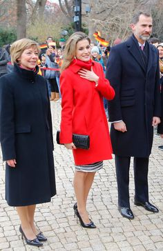 King Felipe VI of Spain and Queen Letizia of Spain visit withGerman President Joachim Gauck and his partner Daniela Schadt (from L), at Schloss Bellevue, Presidential Pallace, on December 2014 in Berlin, Germany. Queen Letizia stunning in red! Princess Letizia, Princess Sofia, Queen Letizia, Joachim Gauck, Spanish Royal Family, Save The Queen, Charlotte Casiraghi, Iconic Women, Duchess Kate