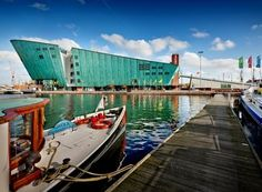 NEMO is het grootste science center van Nederland en is voor iedereen die nieuwsgierig is. Onderzoek vijf verdiepingen met tentoonstellingen, experimenten, demonstraties en workshops. Leeftijd vanaf +/- 6 jaar Renzo Piano, Amsterdam, Nemo, Top Les, Science Museum, Eindhoven, Most Visited, Netherlands, The Good Place