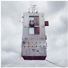 A través de su serie de fotografías 'Flying Houses' Chehere aisla a las casas y las convierte en protagonistas de unas imágenes cautivadoras, alejando a las casas del ruido y de la contaminación, dejándolas libres.