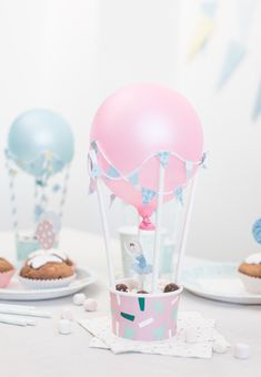DIY – Hot-air balloons for the party table Decorate the table with festive hot-air balloons when setting the party table and fill the baskets with sweets for all your guests.