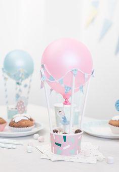Décoration de table DIY : un pot de glace, un ballon fixé sur des pailles