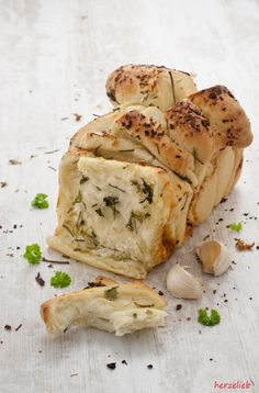 Bread to Cut Raclette Fondue Dish - Recipes Easy & Healthy Egg Recipes, Bread Recipes, Grilled Side Dishes, Grilling Sides, Garlic Bread, Garlic Knots, Garlic Butter, Hamburger Meat Recipes, Vegan Appetizers