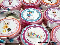"""Diz a lenda que as bonecas Lalaloopsy """"são bonecas de pano que ganharam vida ao ser costurado o seu último ponto"""".  Caixinha plástica, personalizada com o tema da festa , finalizada com fita de cetim.  Pode acondicionar balas, confeitos, biscoitos,  mini-terços, velas, sabonetes, etc.  A fita pode variar conforme disponibilidade ou gosto do cliente. Rótulo em papel fotográfico brilhante e adesivado.   Disponível nas cores: rosa, lilás, azul, branco e verde-água  O preço refere-se à caixinha…"""