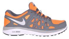 Dla młodych biegaczyButy juniorskie Dual Fusion Run 2 marki Nike zaprojektowano z myślą o młodych sportowcach. Zapewniają odpowiednią amortyzację oraz utrzymanie płynności podczas biegu.Kompleksowe wsparcieSiateczka oraz dynamiczny system śródstopia gwarantują stopom dodatkowe wsparcie podczas intensywnego biegu. Podeszwę obuwia wyposażono w bieżnik waflowy, który pomaga w płynnym przechodzeniu z pozycji na piętach do pozycji na palcach. Podeszwa ma podwójną gęstość i zawiera miękką piankę…