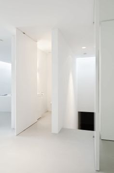 white interior with a pivot door by bruno erpicum for fritjurgens_ woonideen draaideuren wittinten