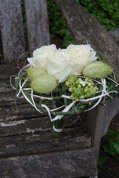 Bruidsboeket - modern op een basis van equisetum. Witte rozen, moby dicks, ornithogalum. www.meesterlijkgroen.nl