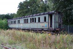 Dieser Personenwagen gehört ebenfalls zur Loksammlung Falz, gesehen am 12.09.09 im ehemaligen BW Falkenberg oberer Bahnhof. Er wurde zuletzt als Bahndienstwagen genutzt. Germany
