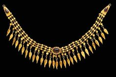 A GREEK GOLD AND GARNET NECKLACE HELLENISTIC PERIOD, LATE 3RD-EARLY 2ND CENTURY B.C.