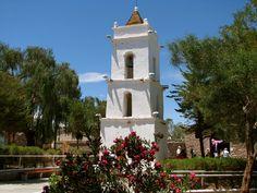 Der alte Glockenturm der Kirche von Toconao, erhebt sich zentral inmitten des Dorfplatzes .