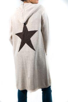 Maxi chaqueta de lanita con capucha y bolsillos, y estampada en la parte trasera con una estrella tan grande como tú. Es una supertendencia a la que sacarás mucho provecho.
