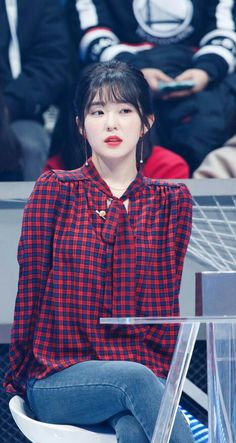 Red Velvet's Irene proves that she's a visual goddess as she can immediately transform into a gorgeous doll just by styling her hair into a ponytail. Korean Fashion Trends, Kpop Fashion, Seulgi, Korean Girl, Asian Girl, Irene Red Velvet, Red Velet, Velvet Fashion, Korean Singer
