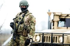 Hungarian Defence Forces soldiers at HMMWV. Special Forces Army, Motorcycle Jacket, Military Jacket, Defence Force, Military Photos, Army Soldier, Hungary, Air Force, Police