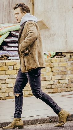About A Boy Who Has A Butterfly On His Tummy — lithographarry: Harry Styles Memes, Harry Styles Baby, Harry Styles Pictures, Harry Edward Styles, Harry Styles Chelsea Boots, Harry Styles Boots, Foto Fashion, Mens Fashion, Mr Style