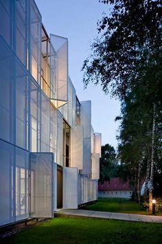 MRI research building, Berlin - Glass Kramer Löbbert Architekten Facade Architecture, Beautiful Architecture, Brand Architecture, Curtain Wall Detail, Metal Facade, Facade Lighting, Exterior Cladding, Balcony Design, Facade Design