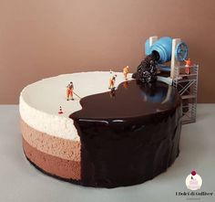 ✔ – This is how bakers make chocolate mirror cake.🍰😁 W… Secret Revealed!✔ – This is how bakers make chocolate mirror cake.🍰😁 We have little helpers. – What do you think? Tag someones who would like to know this secret❤ – Food Artists, Pastry Art, Pastry Chef, Crazy Cakes, Cute Cakes, Yummy Cakes, Creative Cakes, Creative Food, Cake Art