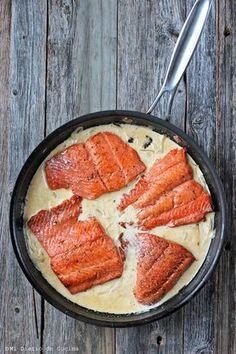 Deliciosa receta de Salmón a la crema, una fácil y sabrosa receta perfecta para el almuerzo o cena, que sin duda deleitará a sus invitados.