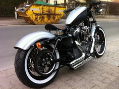 Sportster Club de France :: 48 - autre style - #m: two tone tank to match white walls. Bobbed and clean rear fender