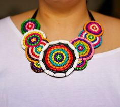 Collar babero multicolor  Wood beaded multicolor por MagiayEfecto                                                                                                                                                                                 Más