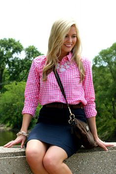 Navy pencil skirt with pink gingham shirt. Preppy Outfits, Summer Outfits, Cute Outfits, Preppy Clothes, Work Outfits, Business Attire For Interview, Gingham Shirt, Pink Gingham, New York Outfits