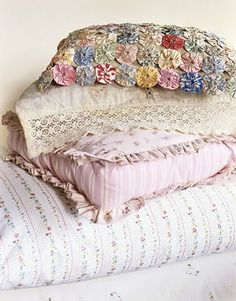 Vintage linen pillows and linens mingle compatibly with a new pink ruffled cushion. Maybe that's what I'll do with my yo-yo quilt. Vintage Pillows, Vintage Fabrics, Vintage Linen, Linen Pillows, Linen Bedding, Bed Linens, Soft Pillows, Bedding Sets, Throw Pillows