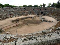 Anfiteatro de Mérida. MÉRIDA (ESPAÑA): Patrimonio de la Humanidad desde 1993. Está situada al Norte de la provincia de Badajoz y fue fundada en el año 25 a.c con el nombre de Colonia Iulia Augusta Emerita, a lo largo de los años se convirtió en una de las ciudades más importantes del imperio romano aunque mucho después también pasaron por ella visigodos y árabes.