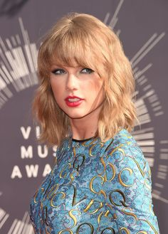 12 Ways Taylor Swift Could Dye Her Hair Like A Magical Unicorn. - My hairstyle Hot Haircuts, Haircuts With Bangs, Long Bob Hairstyles, Formal Hairstyles, Corte Swag, Medium Hair Styles, Curly Hair Styles, Hair Medium, Medium Cut