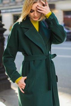 Модное зеленое пальто в трендовом изумрудном оттенке. С чем носить: горчичное платье или красный свитер и скинни джинсы. Fashionable green coat in a trendy color of emerald. What to wear with: mustard dress or red sweater with skinny jeans. autumn coat fall season outfit style streetstyle