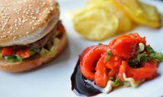 Φτιάξτε τα δικά σας μπιφτέκια, συνεχίστε με μια δυνατή σος και τέλος συνοδέψτε τα με πιπεριές Φλωρίνης, δίνοντας σε αυτά τα ζουμερά hamburger, ελληνικό χαρακτήρα, ικανό να εντυπωσιάσει ακόμη και τους σκληροπυρηνικούς burger fans! Καλή απόλαυση!