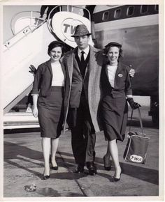 Yves Montand with two TWA stewardesses New York 1963 Vintage Air, Vintage Stuff, Spruce Goose, Twa Styles, Domestic Airlines, Fly Girls, The Big Four, Air Travel, Flight Attendant