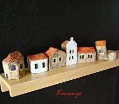 Šest domečků na zakázku 6 keramických domečků vysokých od 4 do 9 cm.