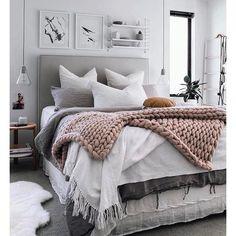 Noite gostosa com essa chuvinha caindo então nada melhor do que uma cama quentinha nos esperando para uma linda noite de sono. E esse super tricot gente que coisa mais linda.