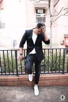 Men's Outfit Idea: Black Blazer, Distressed Jeans and White Sneaker | #streetstyle #streetwear #menstreetstyle