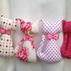 DIY cojines en forma de letras - Marina Creativa Sewing Dolls, Baby Shoes, Diy, Bullet Journal, Hacks, Craft, Tooth Pillow, Cat Pillow, Ragdoll Cats